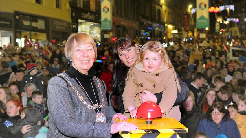 Image of Child with mum and Provost switch on Christmas Lights