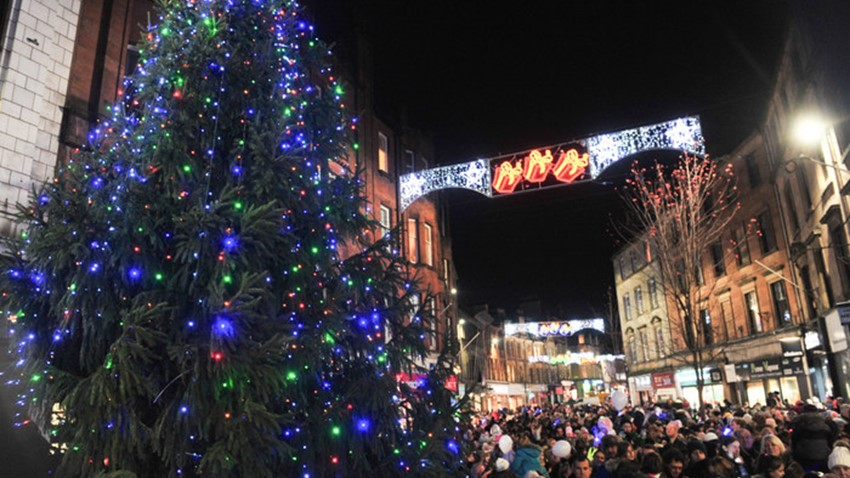Image of Stirling Christmas Tree and Crowds